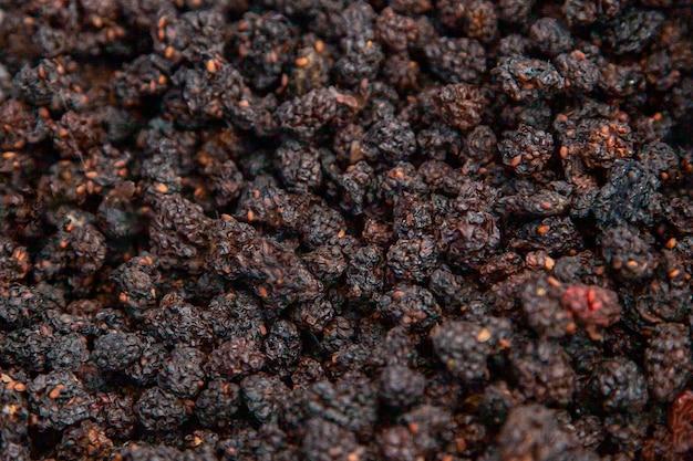 Mora essiccata. i sapori della taiga - bacche essiccate di altai in una fiera rurale.