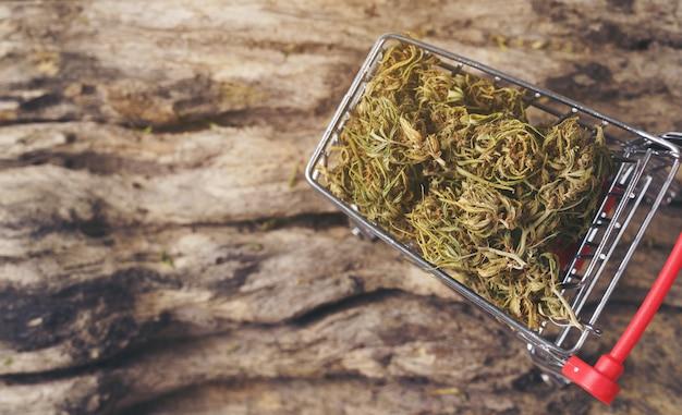 Cannabis secca in un carrello