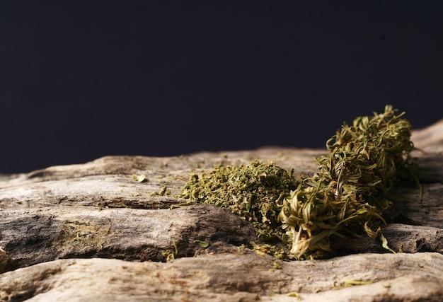Cannabis secca su un tavolo di legno