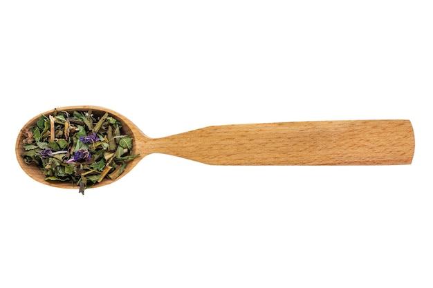 Chamaenerion essiccato in un cucchiaio di legno su uno sfondo bianco.