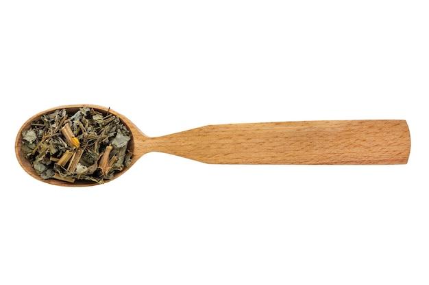 Chelidonio essiccato in un cucchiaio di legno su uno sfondo bianco.