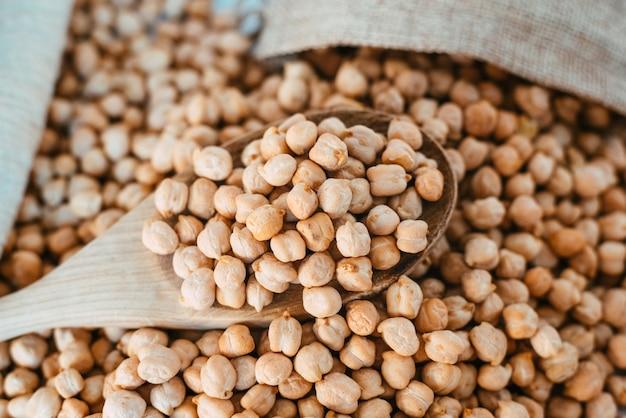 Ceci secchi, cicer arietinum, ingrediente importante e nutriente della dieta mediterranea.
