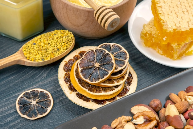 Agrumi secchi e miele di favo fresco. cibo biologico vitaminico