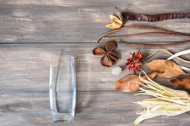 Fiori secchi colorati su fondo in legno
