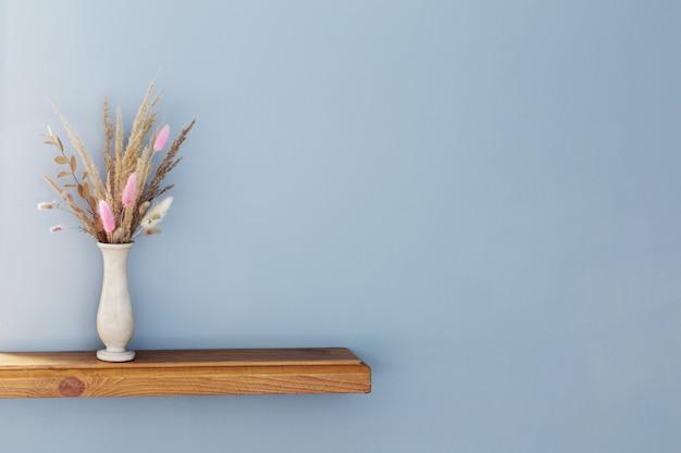 Cereali decorativi secchi in vaso su mensola in legno