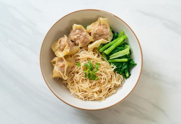 Tagliatelle all'uovo essiccate con fagottini di maiale o gnocchi di maiale senza zuppa in stile asiatico