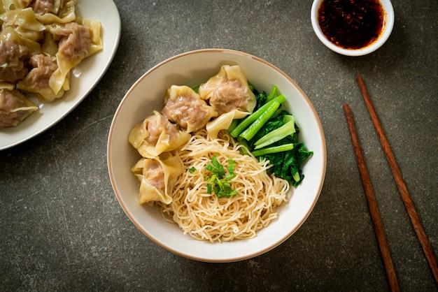 Tagliatelle all'uovo essiccate con wonton di maiale o gnocchi di maiale senza zuppa stile asiatico asian
