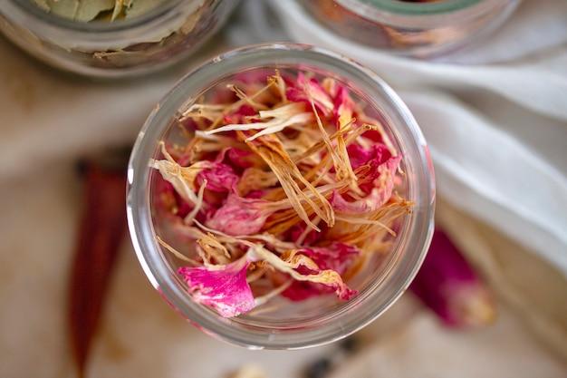 Fiori secchi in vaso di vetro vista dall'alto