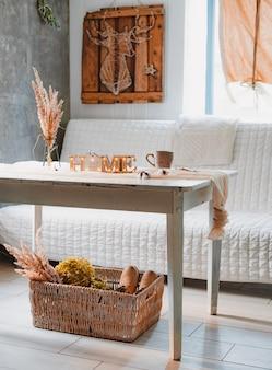 Fiori secchi spighette pampa vaso-stand mug lampada bianca tovaglia da tavolo vintage annodata, interni domestici dall'estetica minimalista.