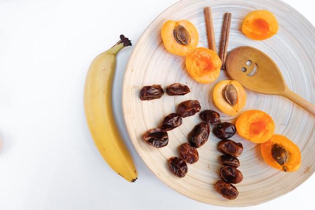 Frutta secca su sfondo bianco. ingredienti per la preparazione di un dolce al collo.
