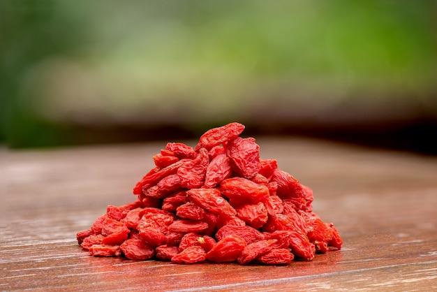 Goji essiccato, bacche di goji o wolfberry, frutti sulla natura.