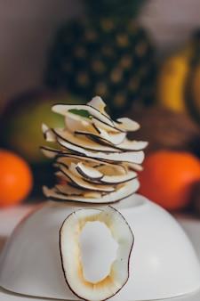 Fette di cocco disidratate fresche sane fatte in casa essiccate