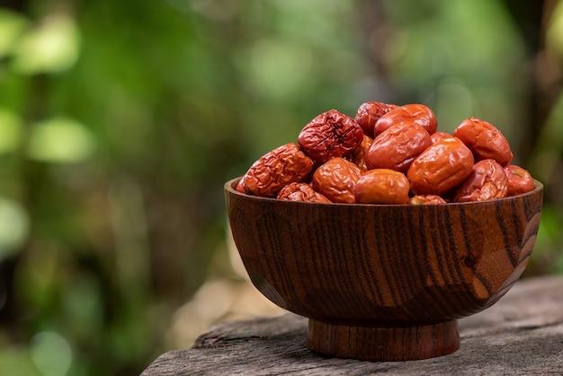 Frutta secca della giuggiola sulla natura.