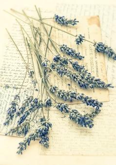 Fiori di lavanda secchi e vecchie lettere d'amore. nostalgica natura morta. foto dai toni in stile retrò. messa a fuoco selettiva