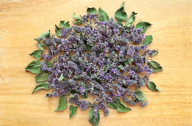 Melissa essiccata, foglie e fiori di spezie profumate