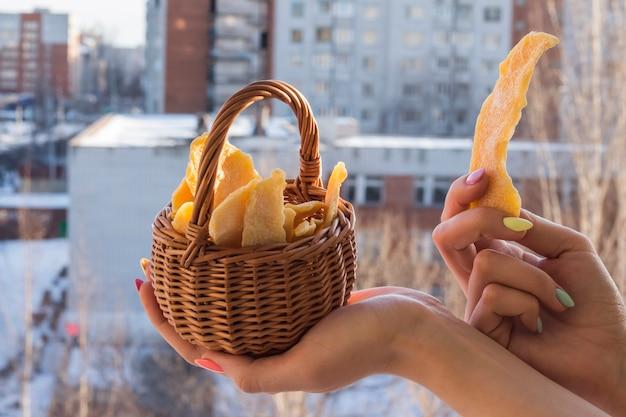 Mango essiccato in un cestino nelle mani di una ragazza