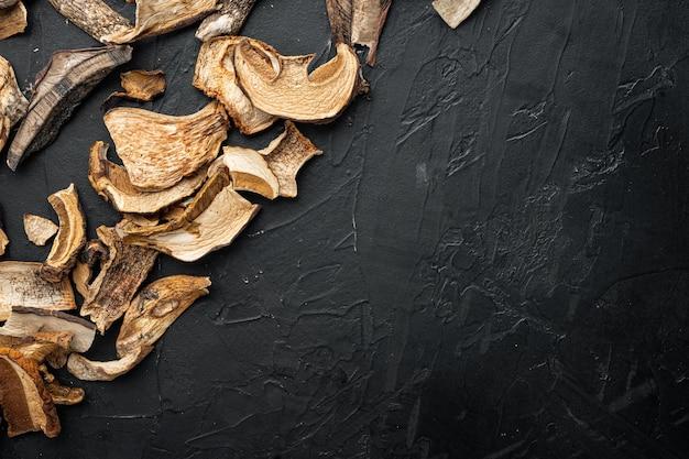 Set di funghi secchi, su sfondo nero, vista dall'alto laici piatta,