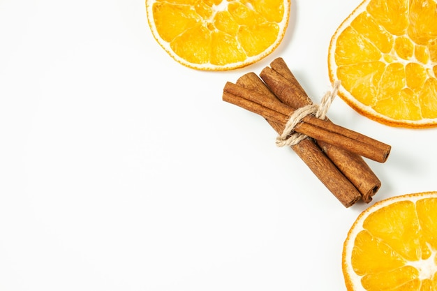 Fette d'arancia essiccate e bastoncini di cannella