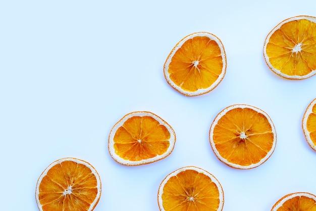 Fette d'arancia essiccate su sfondo bianco