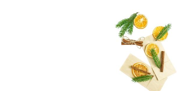 Arance secche con cannella si trovano su uno sfondo bianco. copia spazio. banner