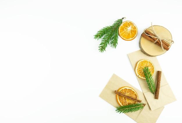 Arance secche con cannella si trovano su uno sfondo bianco. copia spazio