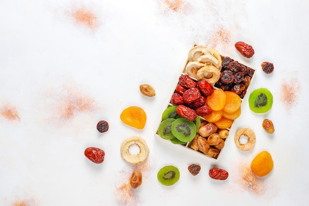 Assortimento di frutta biologica secca.