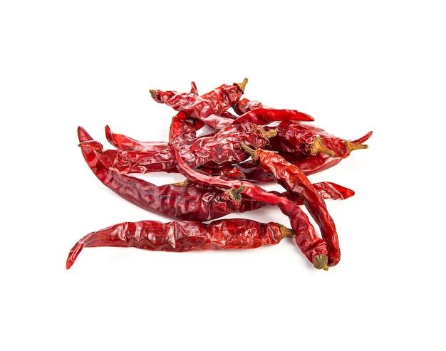 Peperoncino rosso secco o peperoncino di caienna su bianco