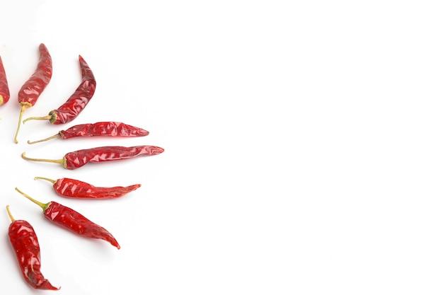 Peperoncino rosso secco su superficie bianca