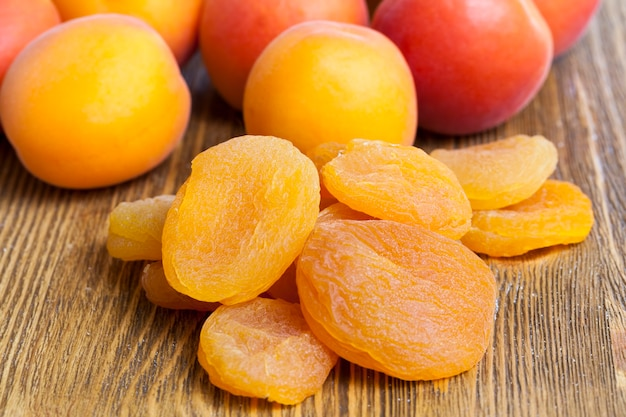 Albicocche secche mature, cibo tradizionale in un certo numero di paesi dell'est, le albicocche secche sono sane e deliziose con molto zucchero e vitamine