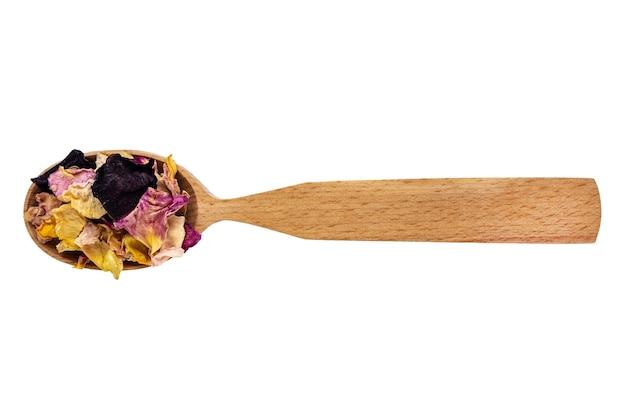 Petali di rosa secchi in un cucchiaio di legno isolato su uno sfondo bianco