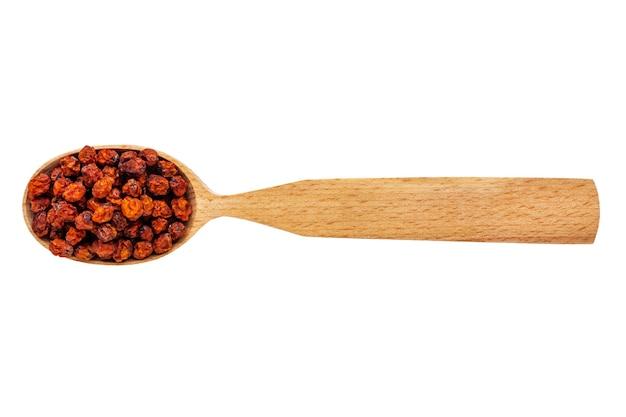 Sorbus essiccato in un cucchiaio di legno isolato