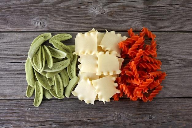 Spaghetti secchi nei colori della bandiera italiana