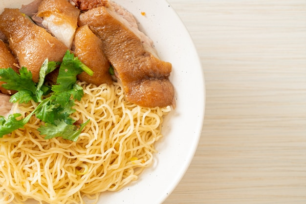 Ciotola di noodles di coscia di maiale in umido essiccata - stile cibo asiatico