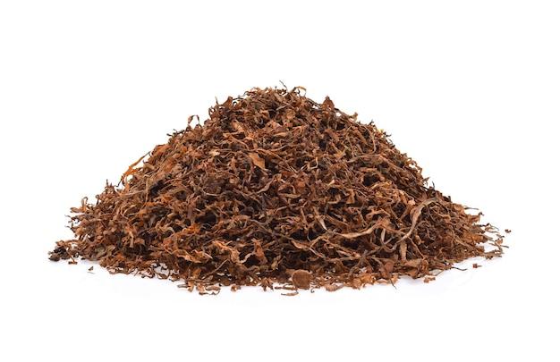Tabacco secco isolato su sfondo bianco