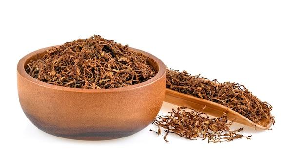 Tabacco essiccato isolato su bianco