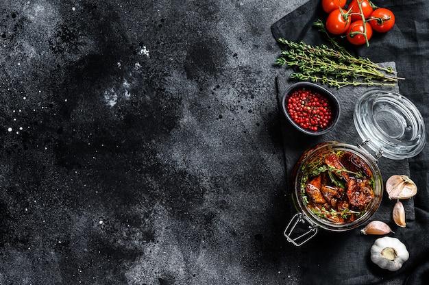 Pomodori secchi sott'olio con spezie ed erbe aromatiche