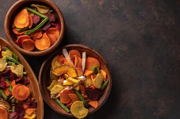 Chips di verdure secche di carota, barbabietola, pastinaca e altre verdure. dieta biologica e cibo vegano