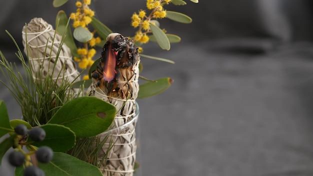 Salvia bianca essiccata in stick, relax e aromaterapia. sbavature di incenso essenziale a base di erbe.
