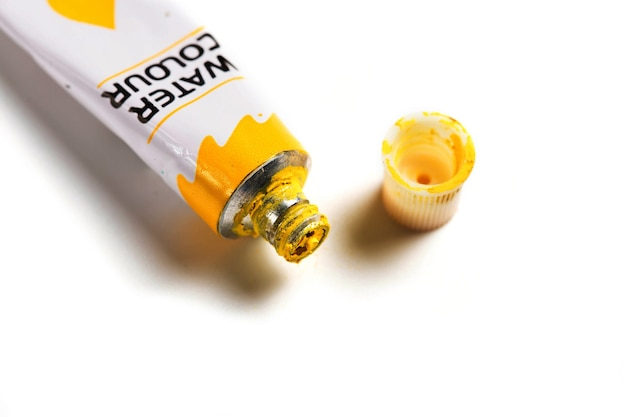Acquerello giallo essiccato in un tubo isolato su sfondo bianco.