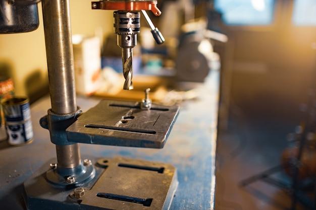 Perforatrice sul posto di lavoro in officina