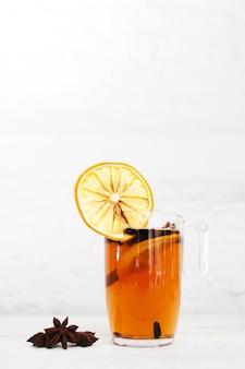 Bere tè caldo arancione inverno ristoro concetto di intimità