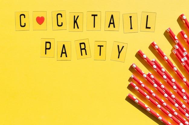 Bere cannucce punteggiate per festa sulla parete gialla con spazio di copia. vista dall'alto di cannucce ecologiche usa e getta di carta colorata per cocktail estivi. cocktail party di messaggio. decorazioni natalizie.