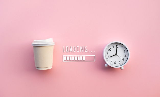 Bere e rinfrescarsi nei concetti di mattina con la tazza di caffè e l'orologio