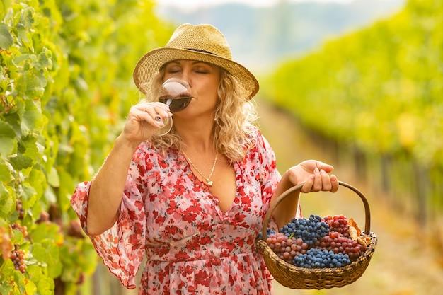 Bere vino gustoso dopo una vendemmia di successo è piacevole per un enologo.