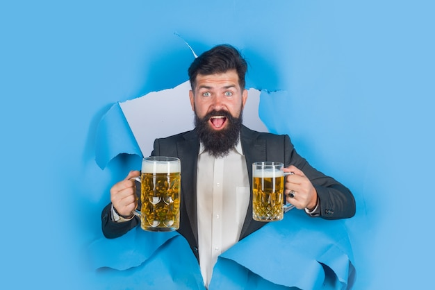 Beve alcolici bar uomo barbuto tiene boccale di birra uomo beve birra chiara e birra scura uomo barbuto
