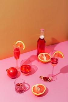 Disposizione di bevande e frutta ad alto angolo