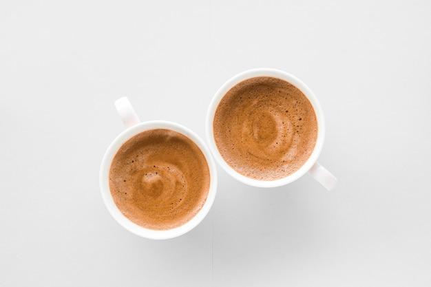 Menu delle bevande ricetta dell'espresso italiano e concetto di negozio biologico tazza di caffè francese caldo come bevanda per la colazione tazze flatlay su sfondo bianco