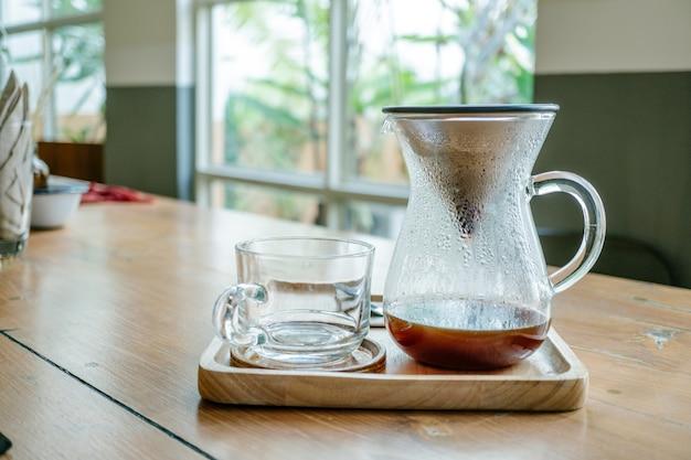 La fermentazione di gocce, il caffè filtrato o il pour-over è un metodo che prevede l'irrigazione dell'acqua arrostita