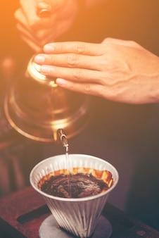 L'erogazione a goccia, il caffè filtrato o il rovesciamento sono metodi che prevedono il versamento di acqua