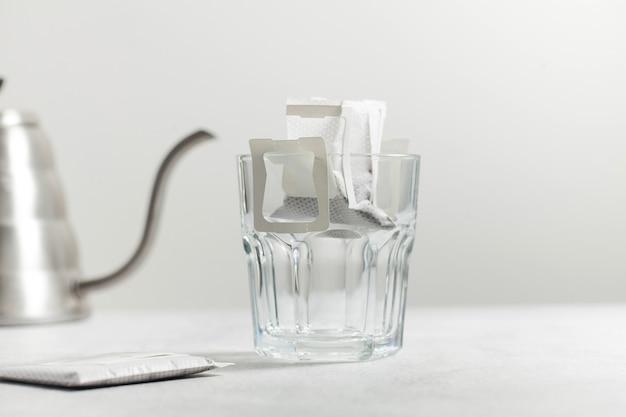 Bustina di caffè in una tazza